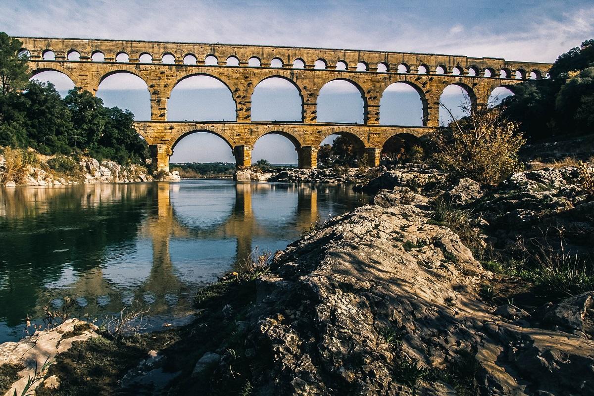 Réflexion dans l'eau du Pont du Gard