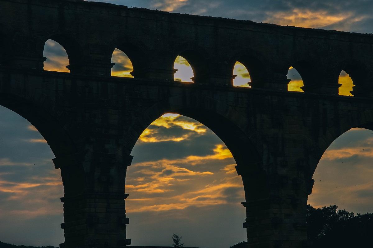 Coucher du soleil derrière le Pont du Gard