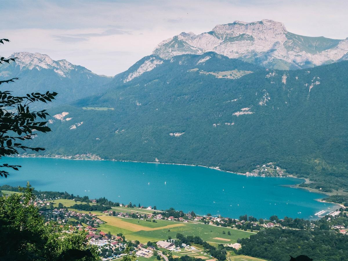 Vue sur le lac d'Annecy depuis les hauteurs