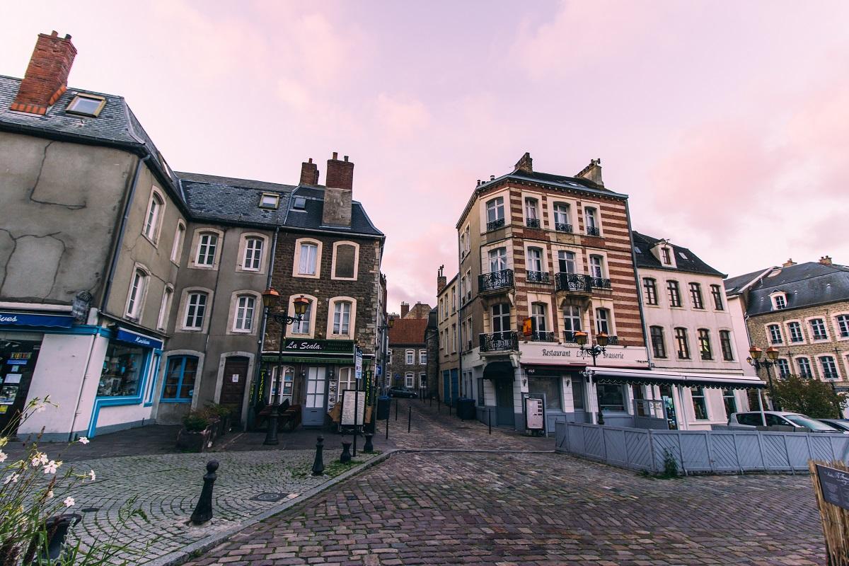 Dans la ville fortifiée de Boulogne sur Mer au petit matin