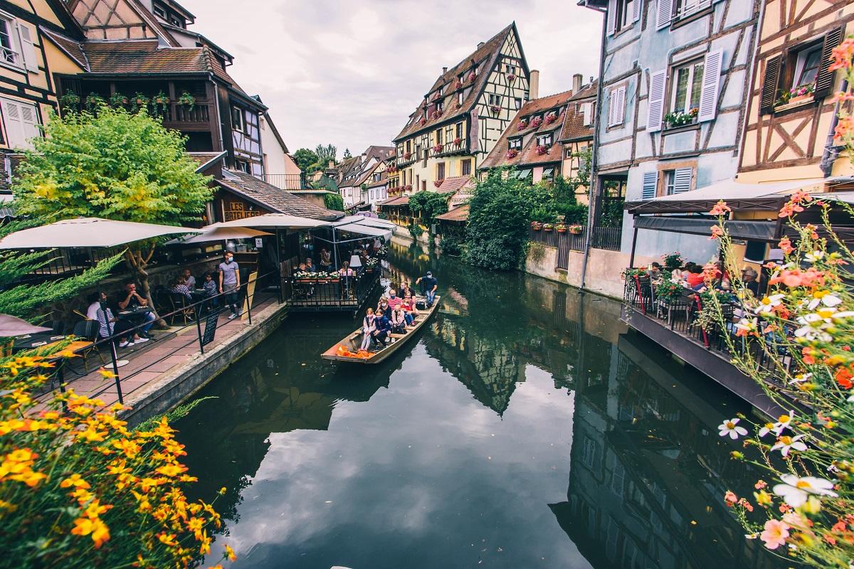 Barque sur un canal dans la Petite Venise de Colmar