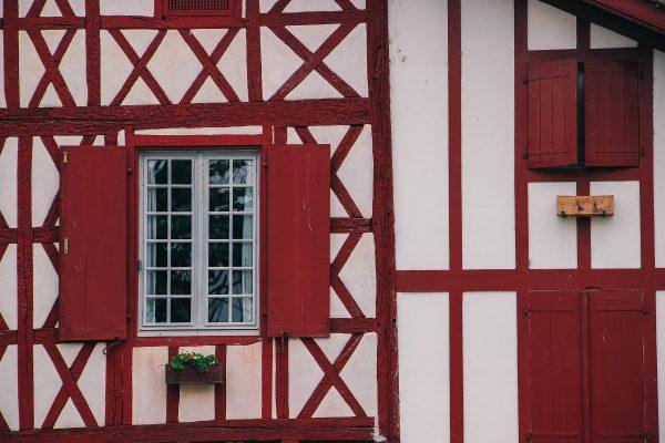 Façade d'une maison basque