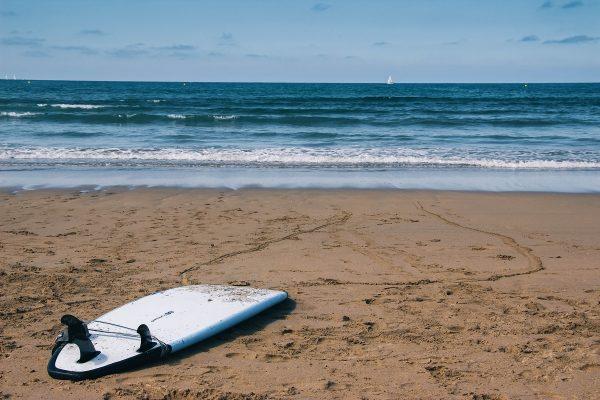 Planche de surf sur une plage du Pays Basque