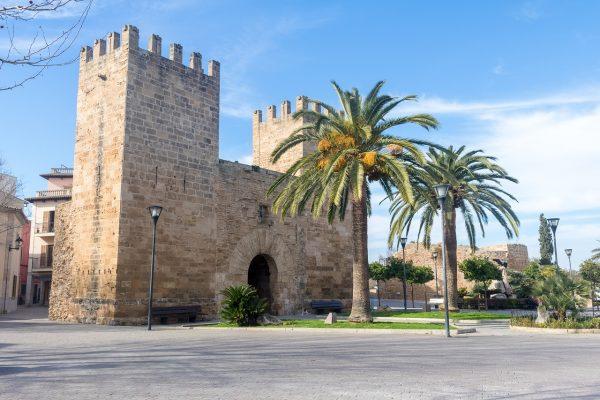 Porte dans la vieille-ville d'Alcudia