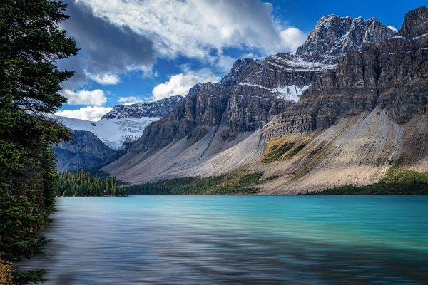Lac Bow dans l'ouest du Canada