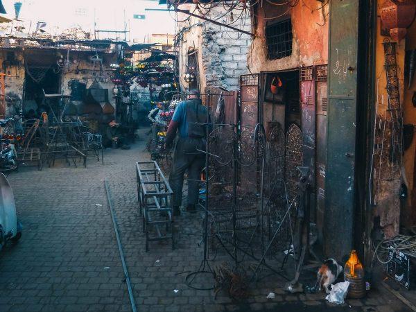 Artisan ferronnier dans le souk de Marrakech
