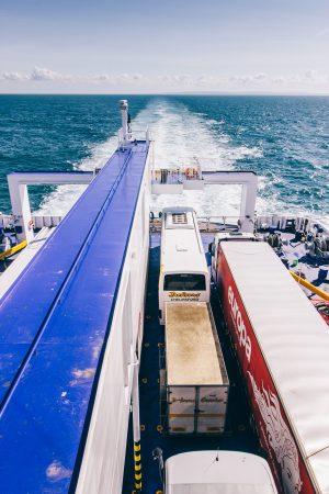 Camions et bus sur un ferry pour l'Angleterre depuis la France